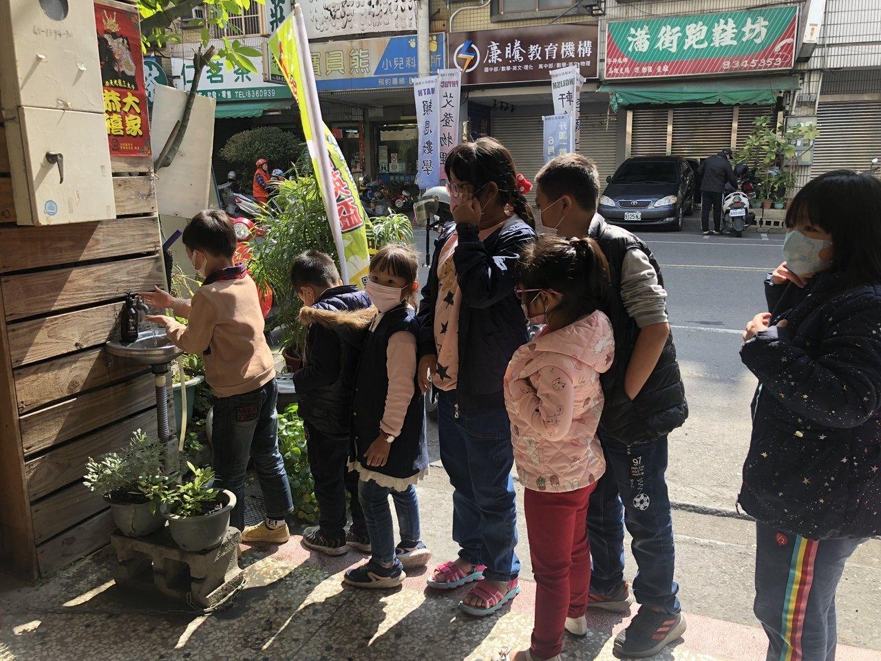 員林一家國小英語補習班學生習慣洗手做防疫。記者林敬家/攝影